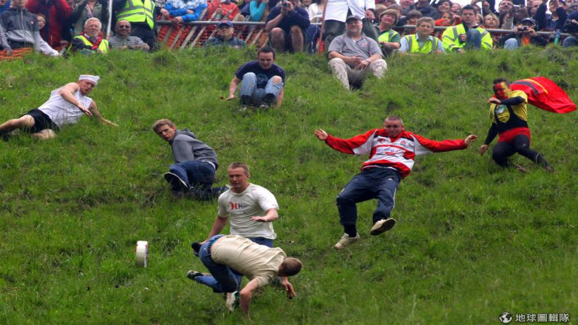 Cheese Rolling- One of the Craziest Festivals in the World 激烈滾起司節