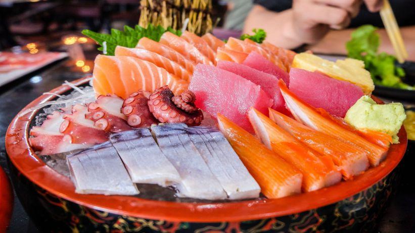 鮭魚除了被做成壽司之外,它們嚐起來也是超級好吃的 Not only is Salmon Served as Sashimi, But They Taste Pretty Great as Well